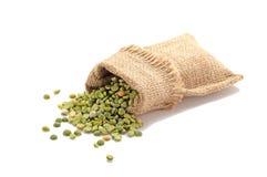 Зеленые горохи в мешковине Стоковая Фотография RF