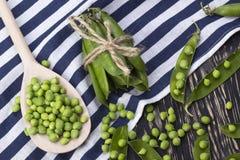 Зеленые горохи на деревянном столе Стоковая Фотография RF