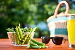 Зеленые горохи на столе в саде Стоковые Фото