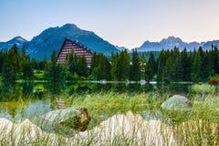 Зеленые горы и изумительный заход солнца Стоковые Фото