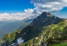 Зеленые горы с снегом Стоковое Изображение RF