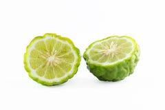 Зеленые грубые плодоовощ бергамота корки или известка kaffir изолированная на белизне Стоковое фото RF