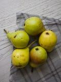 Зеленые груши на серой салфетке Стоковое Фото