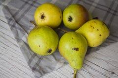 Зеленые груши на серой салфетке Стоковая Фотография