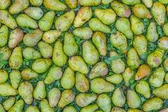 Зеленые груши на траве Стоковое фото RF