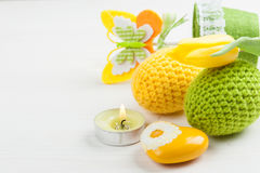 Зеленые желтые вязать крючком крючком пасхальные яйца Стоковые Фотографии RF