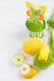 Зеленые желтые вязать крючком крючком пасхальные яйца Стоковые Изображения RF