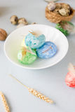 Зеленые, желтые и голубые пасхальные яйца на керамической съемке шара, ярких и воздушного Стоковые Фотографии RF