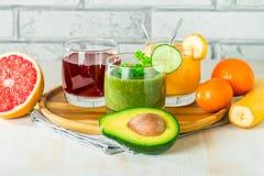 Зеленые, желтые и красные напитки стоковые фотографии rf