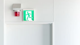 Зеленые знак аварийного выхода и свет сигнала тревоги Стоковая Фотография