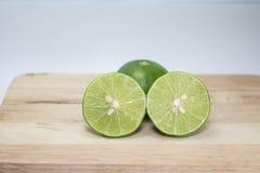 Зеленые лимоны половинные стоковые фото
