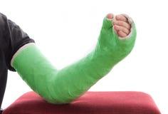 Зеленые длинные гипсолит/стеклоткань руки бросили отдыхать на тахте стоковое фото