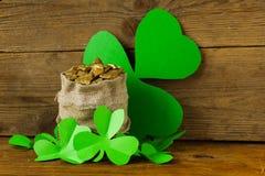 Зеленые листья клевера и сумка золота Стоковая Фотография