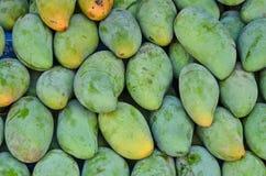Зеленые и желтые раковины зрелых манго Стоковое Изображение