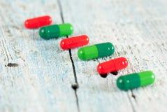 Зеленые и красные пилюльки Стоковое фото RF