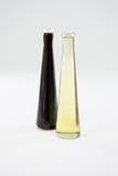 Зеленые и фиолетовые бутылки оливкового масла Стоковые Изображения