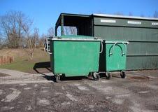 Зеленые контейнеры отброса на месте для парковки асфальта Стоковая Фотография