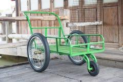 Зеленые колеса тележки металла Стоковое Изображение RF