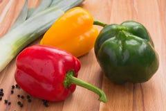 Зеленые, красные и желтые болгарские перцы Стоковая Фотография