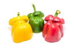 Зеленые красные и желтые куски болгарского перца с белой предпосылкой Стоковое Изображение RF