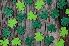 Зеленые клевера или Shamrocks на деревенской древесине Стоковое Изображение RF