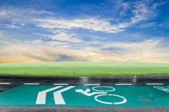 Зеленые майны велосипеда на дороге асфальта, символе велосипеда на улице Стоковые Фотографии RF
