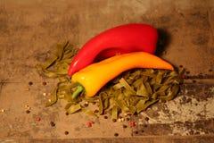 Зеленые макаронные изделия с ингридиентами на каменной предпосылке Стоковая Фотография