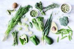 Зеленые овощи на белой деревенской предпосылке Стоковая Фотография RF