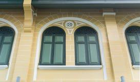 Зеленые окна на желтом здании в Sino стиле португалки Стоковое фото RF