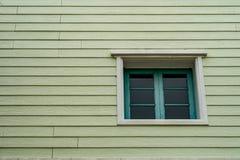 Зеленые окна на старой деревянной стене Стоковое Изображение