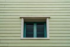 Зеленые окна на старой деревянной стене Стоковое Изображение RF