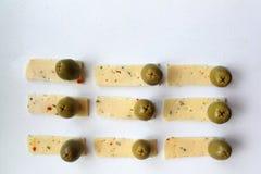 Зеленые оливки и сыр Стоковая Фотография