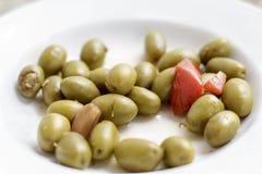Зеленые оливки sevillian типа на белом блюде Стоковые Изображения RF