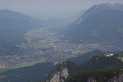Зеленые долины и высокие пики стоковые изображения