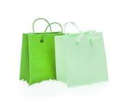 Зеленые пакеты подарка стоя в снеге Стоковые Фотографии RF