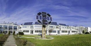 Зеленые панели солнечных батарей способные к возрождению энергии стоковое фото