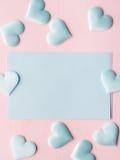 Зеленые пастельные сердца карточки на розовой текстурированной предпосылке Стоковое Фото
