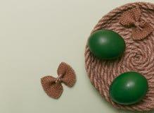 Зеленые пасхальные яйца с красочным смычком зеленый цвет пасхи предпосылки стоковые изображения rf