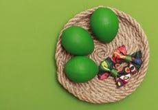 Зеленые пасхальные яйца с красочным смычком стоковое изображение rf