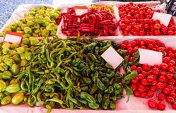 Зеленые перцы и красные томаты Стоковые Изображения
