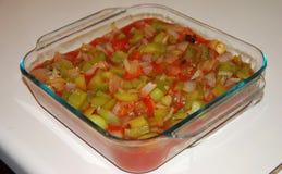 Зеленые перцы, луки, сотейник томатного соуса Стоковые Изображения RF