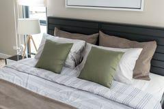 Зеленые подушки на кровати Стоковая Фотография