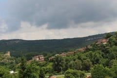 Зеленые природа и дома в их - болгарская красота Стоковая Фотография RF