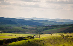 Зеленые сельская местность и горы стоковые изображения