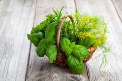 Зеленые травы в плетеной корзине Стоковые Фотографии RF