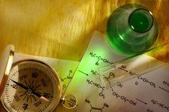 Зеленые химия и компас стоковая фотография rf
