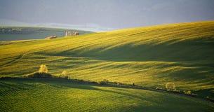 Зеленые холмы весны Словакии Сельская местность в мае солнечная стоковая фотография