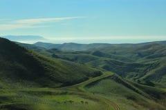 Зеленые холмы и ландшафт океана Стоковое Изображение RF