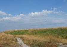 Зеленые холмы и голубое облачное небо Стоковое Изображение RF