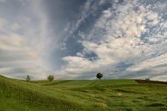 Зеленые холмы под голубым небом и облаками Стоковое Изображение RF